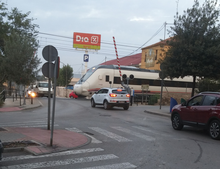 Problemática y peligrosidad del paso a nivel en el acceso al polígono El Rubial de Villena.